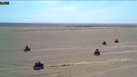 航拍沙漠中狂野的越野摩托车车手