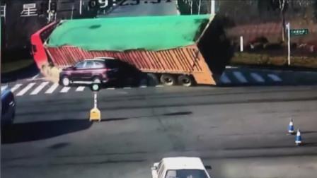 大货车的一个错误举动,却害惨了小汽车,车辆直接被压成铁饼