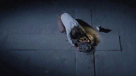 男子出于好奇,打开十字架中间的石头,他的行为让人感到害怕!