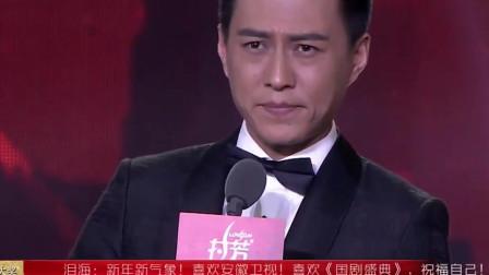 一听到粉丝呼唤自己,靳东马上甜甜地笑了,好撩人!