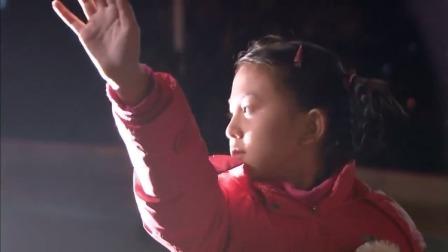 小女孩跟爸爸回家,走在马路上回头跟妈妈招手,不料被车撞了