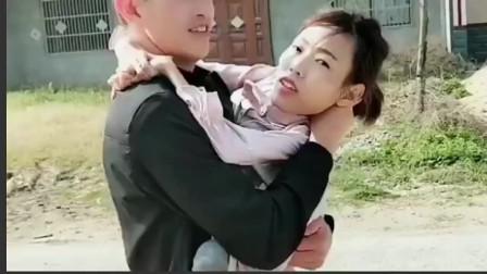 """山西90后农村""""连体""""兄妹,弟弟抱着姐姐,画面很温馨,加油"""