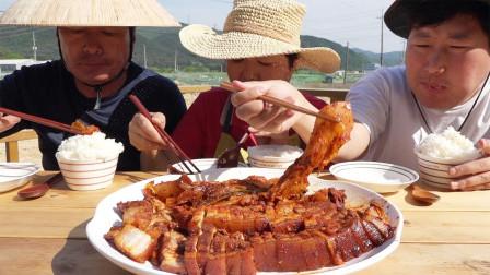 韩国农村家庭的午餐泡菜炖五花肉妈妈手艺真好胖儿子真能吃