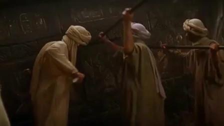 木乃伊:几个工人不怕的撬开棺材,结果被液体喷了一身,身体瞬间腐蚀