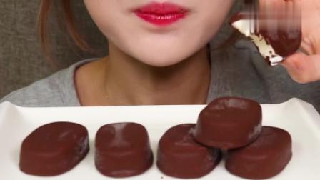 巧克力脆皮冰淇淋果然就像传言中那样诱人,敲一敲,嘎嘣脆