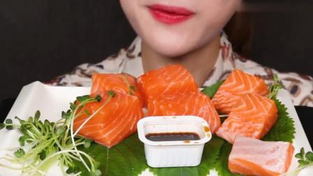韩国女吃货吃三文鱼生鱼片,蘸着酱汁往嘴里塞,听咀嚼声真过瘾!