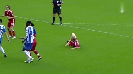 队友传中落点太差,他竟用一个难以置信的姿势将球打进
