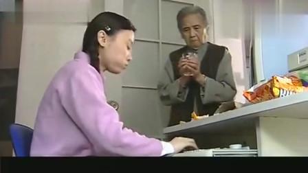 保姆吃东西玩电脑,还指挥老太太给她倒水,不料老太太的干女儿来了