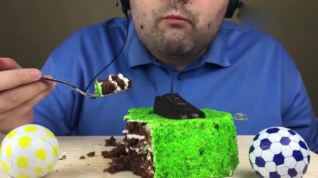 大胃王吃播:韩国胡子大叔吃绿茵场蛋糕和足球巧克力,网友:童年的足球巧克力