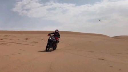 无人机航拍沙漠中玩越野摩托车竟然这么爽