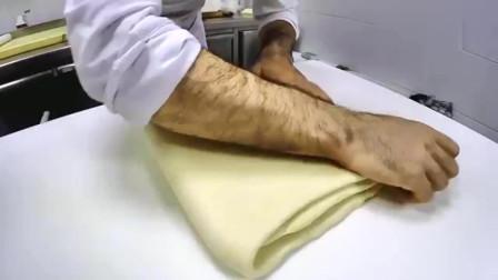 国外一位大师傅正在制作法式长棍面包,里面还放了好大一块黄油