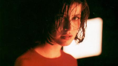 半夜讲电影:几分钟带你看完法国爱情电影《蓝白红三部曲之红》