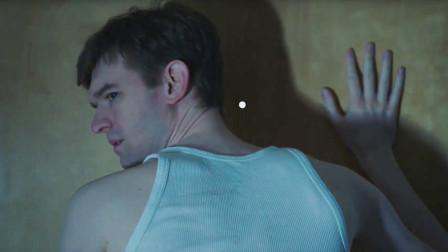 男子半夜听到敲门声,透过门洞一看,气氛紧张了,可怕的还在后面