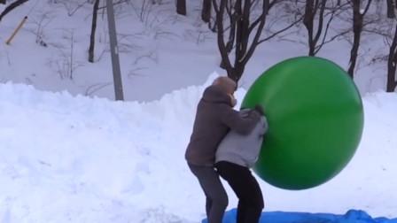 在雪地中钻入灌满热空气的气球中会怎样?老外亲自实验,网友:好玩