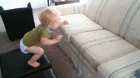 2胎妹妹突然从桌子上摔倒,正穿鞋的哥哥神反应接住,网友:超人