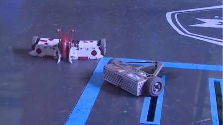 铁甲格斗现场激烈对决突然轮胎卡住,网友:有点小尴尬