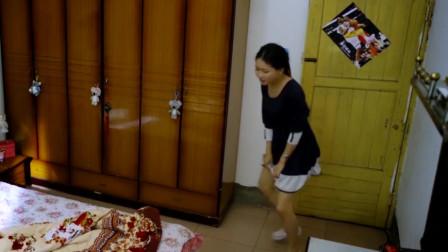 女子在家中蹦蹦跳跳,原来是为了把卡在里面的黄瓜,弄出来