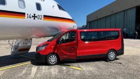 司机拍照忘拉手刹,汽车撞上默克尔专机