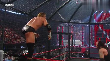 送葬者老当益壮,连续使出几个墓碑钉头,HHH也招架不住WWE