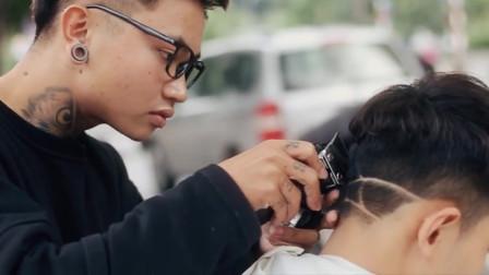 这位在路边剪头发的发型师,剪发很投入、剪出来的发型帅的真明显