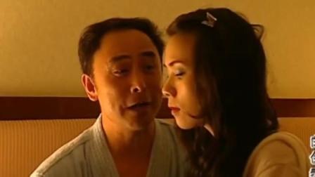 白色毒网:女服务员在房间洗澡,被情人撞上,男子:你穿上衣服赶紧走
