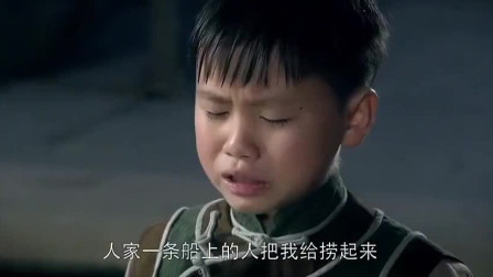后妈没奶喂儿子,继子得知后跑到江里抓鱼给后妈,感动哭了