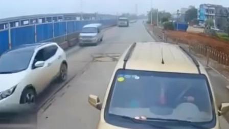 作五菱汽车竟敢这样超车,大车司机幸亏是老司机,不然完了