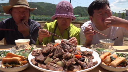 韩国农村一家人挑战美食,吃极品牛仔骨,一口下去嘎嘣脆,爽