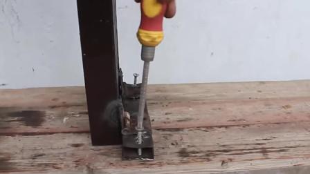 工人用摩托车减震改装了一台机器,能用来加工钢铁,太实用了