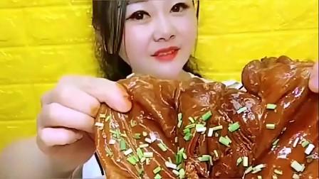 美食:美女吃大块猪皮,油腻腻的,可看着还真挺有食欲的