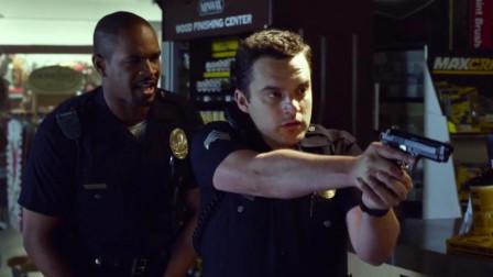 两小伙假扮警察,还偷听警用电台,跟真警察一样执行公务!