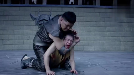 男子背一口棺材去挑战日本巨人,把巨人打进棺材,真过瘾