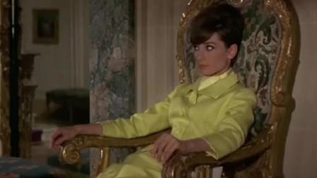 奥黛丽赫本身穿白色丝袜坐在椅子上,那样子十分的慵懒
