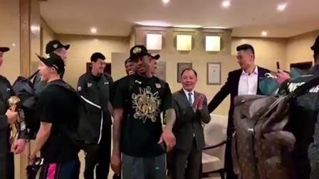 CBA幕后 | 广东宏远夺冠后花式庆祝,赵公子C位尬舞出道!