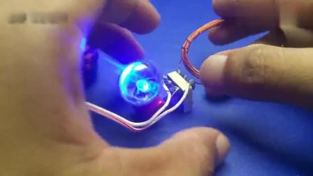 铜线这样缠绕在电容上就能点亮灯泡?真是让人费解的黑科技