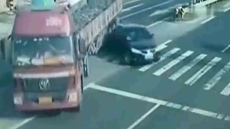 大貨車將老人撞倒,司機接下來的行為讓人憤怒