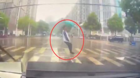 学生雨天过马路摔倒后脑着地 身体不断抽搐