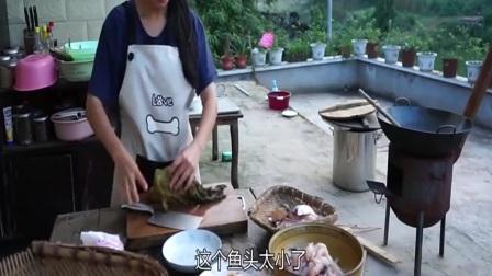 四川小妹下厨做酸菜鱼,特色美食味道很不错,浇上汁才更好?