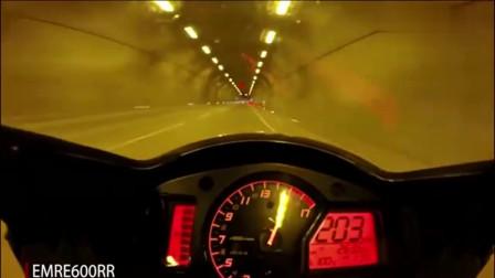 机车摩托:男子驾驶摩托隧道狂飙,就没有他超不了的车
