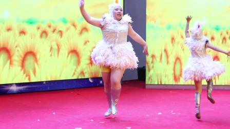 一胖一瘦俩只小鸡表演动感舞蹈《吉鸡向上》