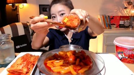 韩国漂亮的大胃王小姐姐,吃一大份麻辣年糕,太馋了