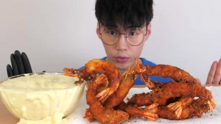 韩国大胃王小哥,吃油炸大龙虾,嘎嘣嘎嘣看着很过瘾