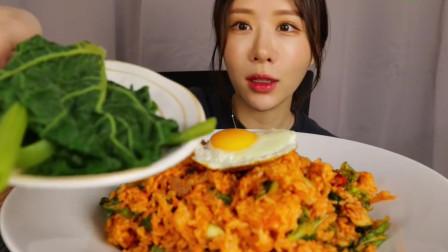 漂亮的大胃王小姐姐,很别致的蛋炒饭,吃起来的味道很不一样