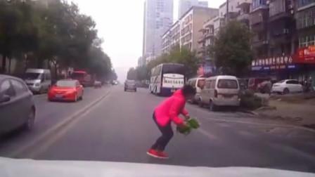 奇葩大妈路口低头捡葱,险些遭遇车祸,网友:葱比命重要?