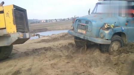 大卡车陷在大泥坑里面出不来,最后只能用这个方法了