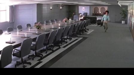 偷偷溜进办公室,突然有人进来,功夫小子反应真神速