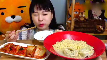 韩国卡妹吃水饺泡面配泡菜,大口吸入唆面技术简直一流-