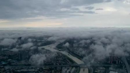 500米高空俯瞰云雾下的城市美景