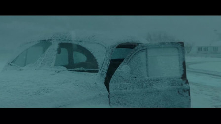 怒海救援:美女开车出去,结果却不小心撞到了雪堆!