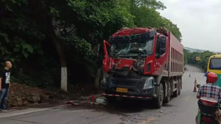 【重庆】货车追尾搅拌车 车头受损司机受伤被困